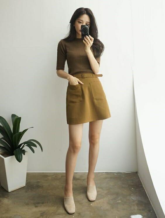 Những bộ váy ngắn dễ thương cùng với chiếc áo cổ lọ đơn giản lại mang đến nét ngọt ngào và năng động cho các nàng