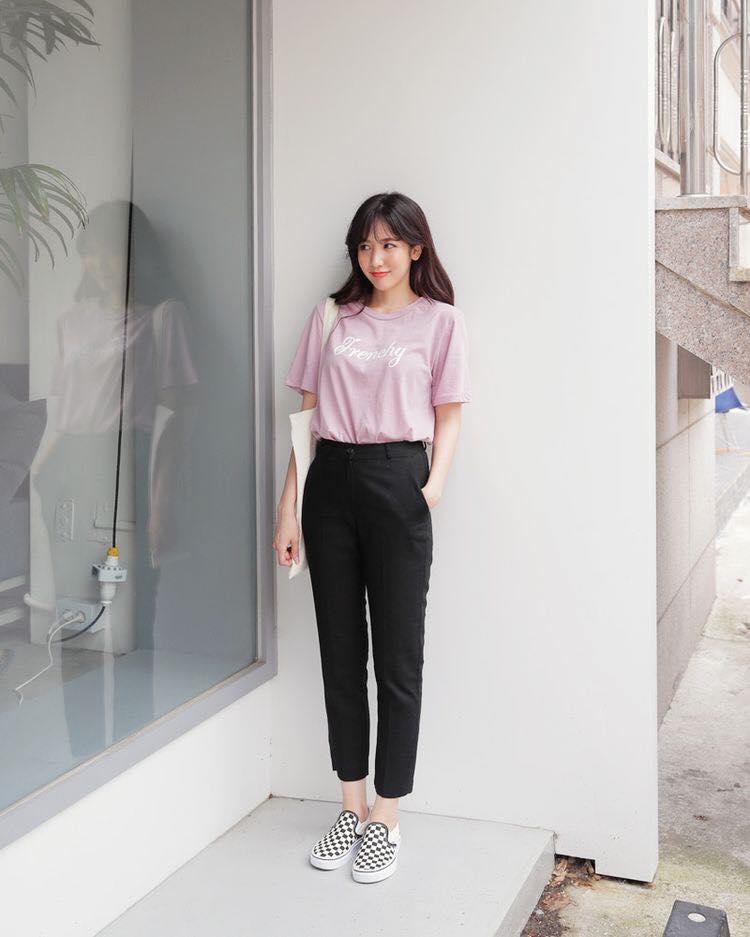 Quần kaki kết hợp áo thun tay lỡ form rộng khá phù hợp cho những cô gái có thích sự giản dị, không cầu kì