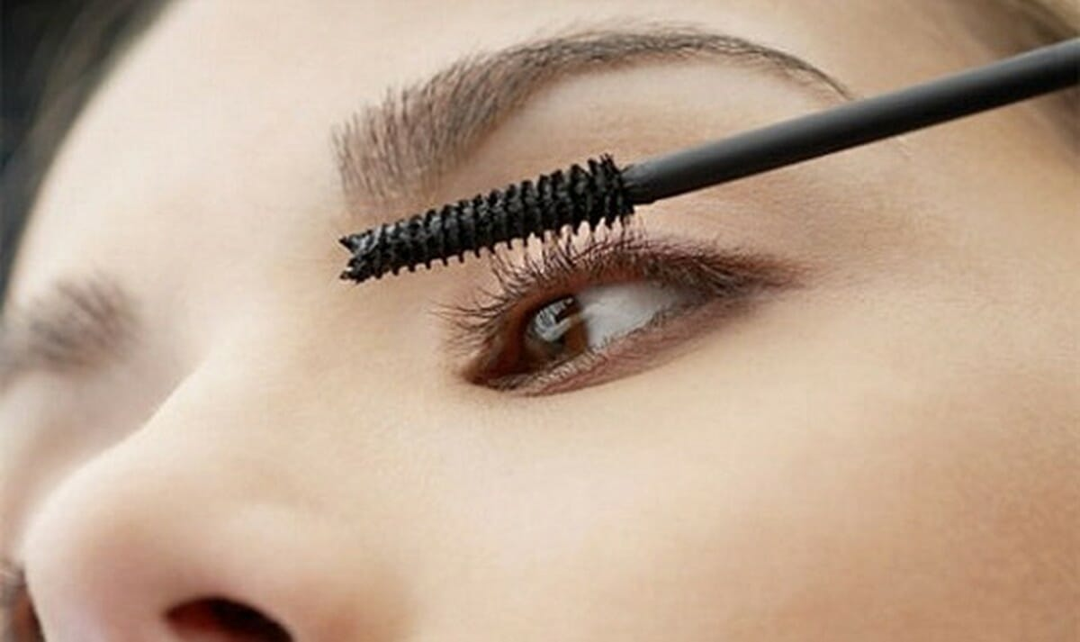 Trang điểm với một lớp mascara mỏng, nhẹ sẽ tạo điểm nhấn hiệu quả cho đôi mắt (Ảnh: Internet)