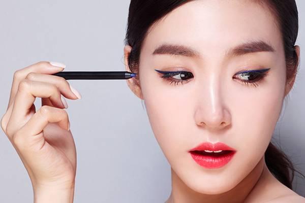 Bạn nên tập trung thực hiện thao tác kẻ mắt một cách khéo léo để mi không bị lem và tạo phần eyeliner hoàn hảo (Ảnh: Internet)