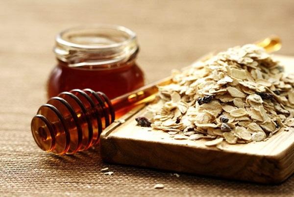 Mật ong và bột yến mạch là công thức trị mụn đầu đen hiệu quả