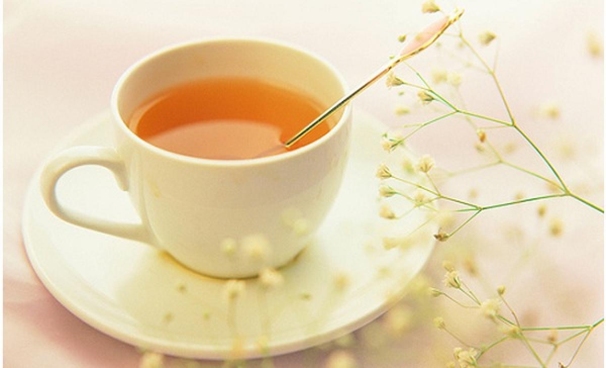 Uống mật ong và nước ấm giúp giảm cảm giác thèm ăn