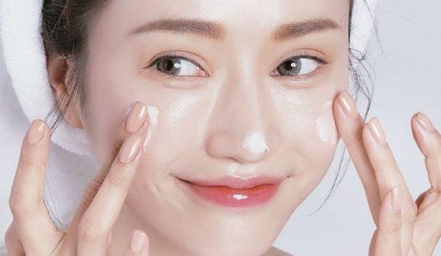 Tẩy trang và rửa mặt đúng cách mỗi ngày giúp bạn làm sạch mụn