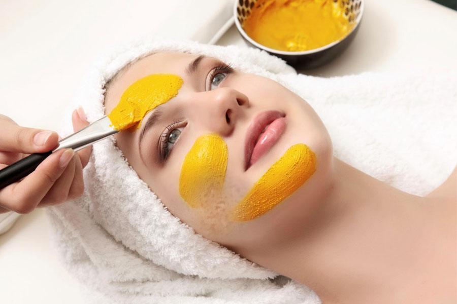 Nghệ tươi có chứa các hoạt chất giúp mau lành vết thương, trị sẹo lõm trên da