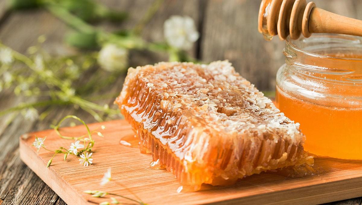 Mật ong là nguyên liệu nhiều dưỡng chất thích hợp làm trắng da không thể bỏ qua