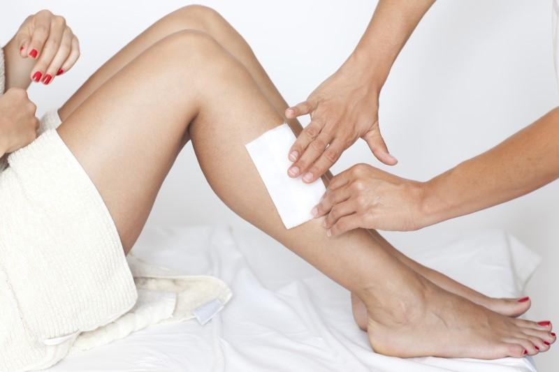 Sử dụng miếng wax lông chân cũng là cách loại bỏ lông chân tại nhà hiệu quả