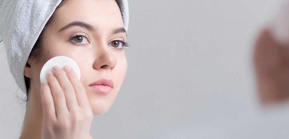 Làm sạch da là cách trị mụn ở giữa 2 lông mày