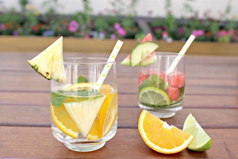 Dứa và cam chứa hàm lượng vitamin C dồi dào hỗ trợ trị mụn hiệu quả
