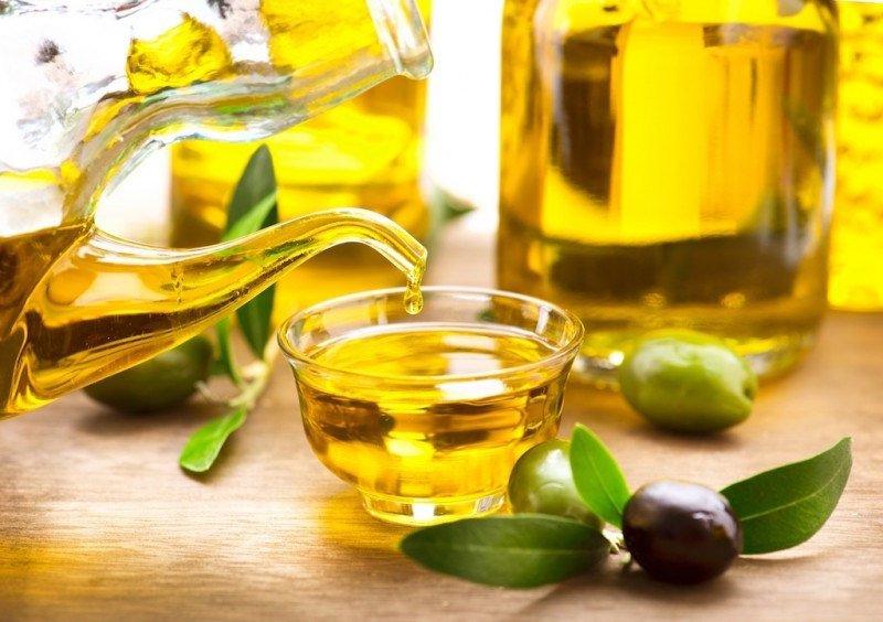 Dầu oliu chứa lượng lớn các loại vitamin có khả năng cấp ẩm, chống lão hóa da