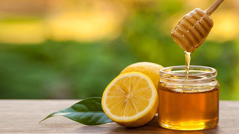 Mật ong lành tính giúp đôi môi mềm mịn