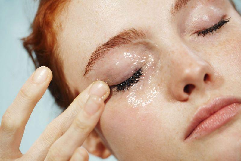 Tẩy trang dạng dầu không chỉ làm sạch còn làm mềm da