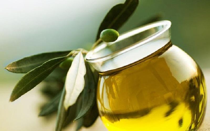 Dùng dầu oliu để tẩy trang là một trong những phương pháp làm đẹp được nhiều người áp dụng