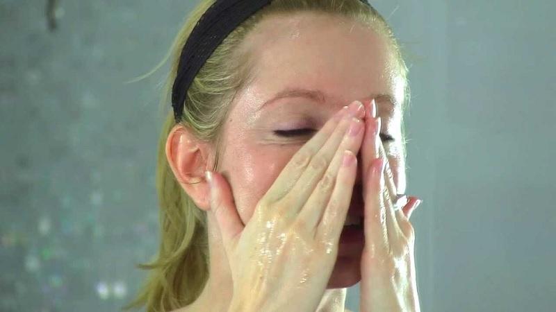 Tẩy trang đúng cách bằng dầu oliu sẽ không bị tắt nghẽn lỗ chân lông