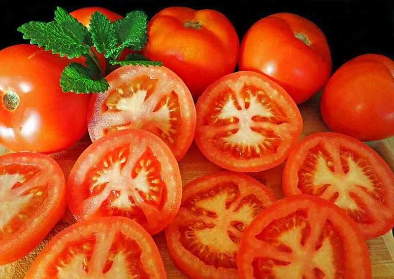 Thực hiện phương pháp triệt lông bằng cà chua đơn giản nhưng lại mang lại hiệu quả tốt và an toàn.