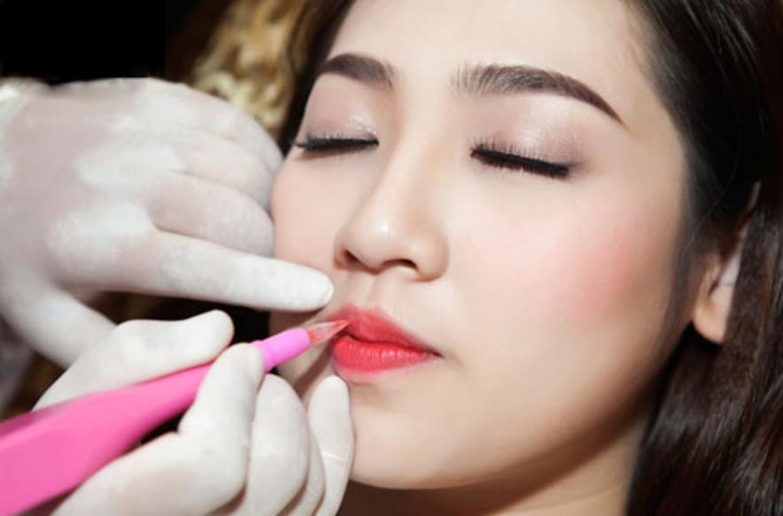 Bạn nên điều trị thâm môi để đưa màu về mức trung tính rồi thực hiện phun môi