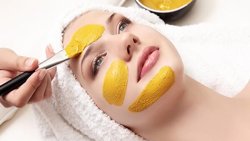 Đắp mặt nạ với tinh bột nghệ sẽ đem lại làn da đẹp và trắng sáng