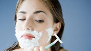 Nhiều chị em băn khoăn cạo lông mặt có làm to lỗ chân lông không