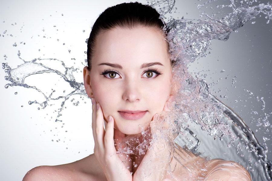 Cạo lông mặt mà không rửa mặt thì vi khuẩn sẽ bám vào chân lông và gây mụn